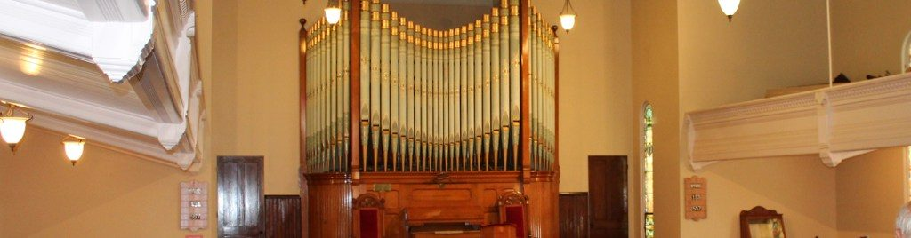 Pipe organ at South Baptist Church, where covenant theology is taught